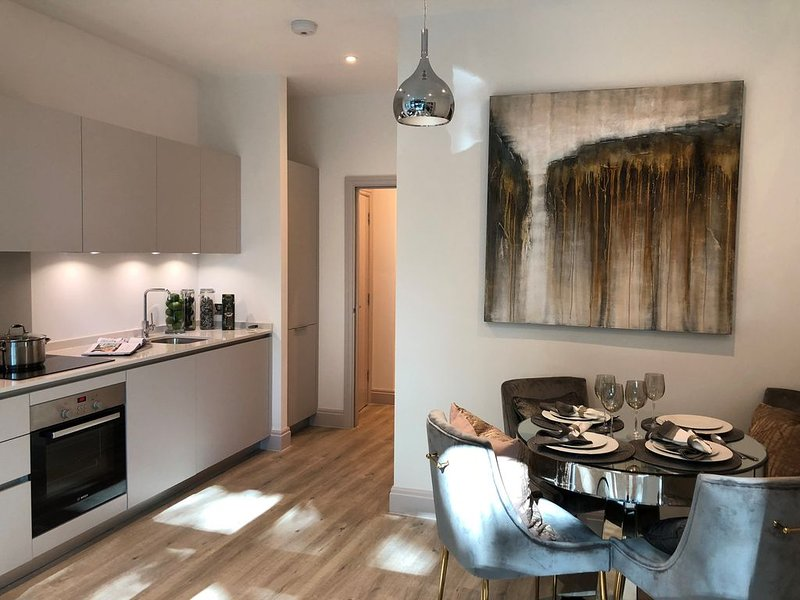 Brand new contemporary flat close to shops, restaurants & transportation, holiday rental in Kew