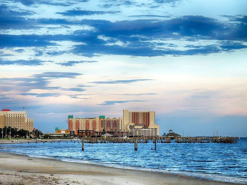 ⛱Condo Steps to the Ocean w/ AC 2 Pools⛱, alquiler de vacaciones en Biloxi