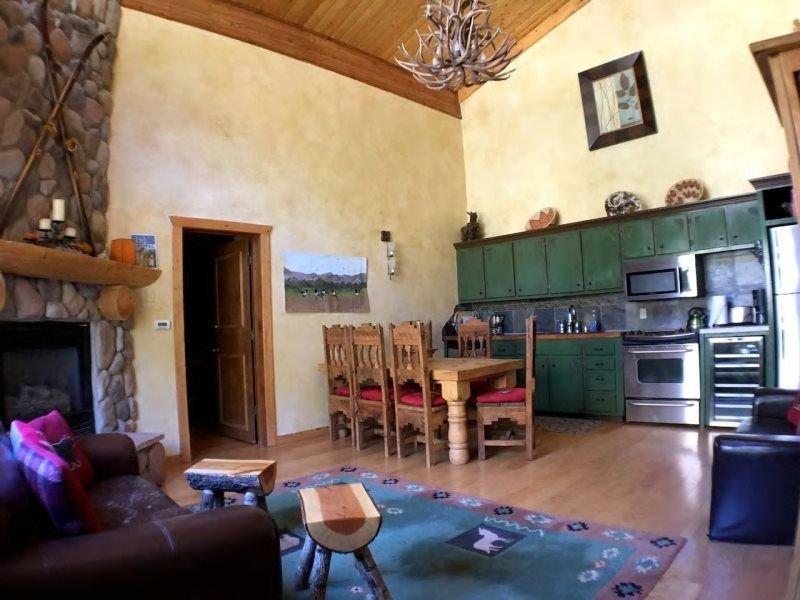 Big Views, Ski-In-Ski-Out 2 Bedroom Condo, alquiler de vacaciones en Taos Ski Valley
