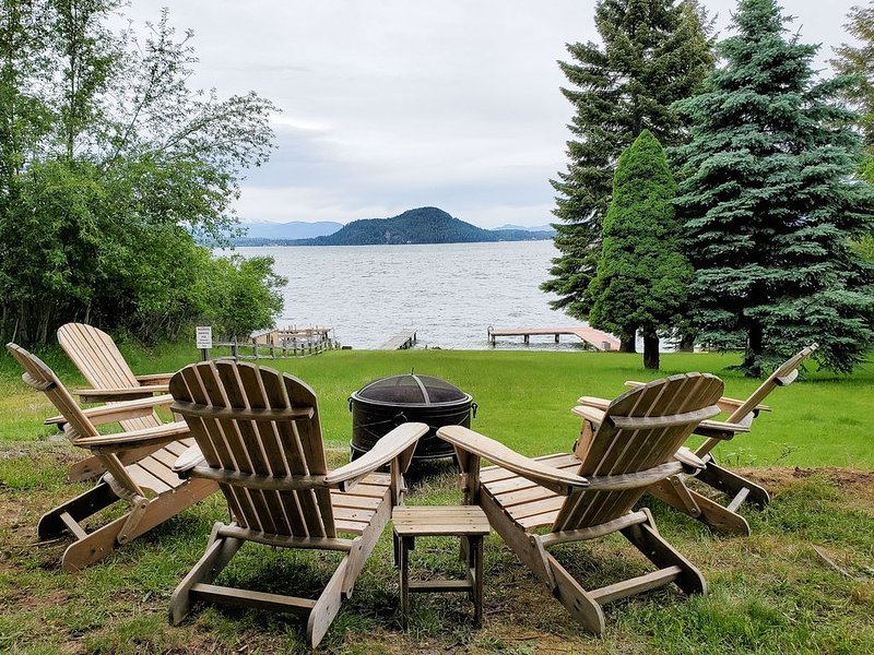 NEW LISTING! Lakeview home w/ full kitchen/balcony/deck/firepit + private dock!, vacation rental in Sagle