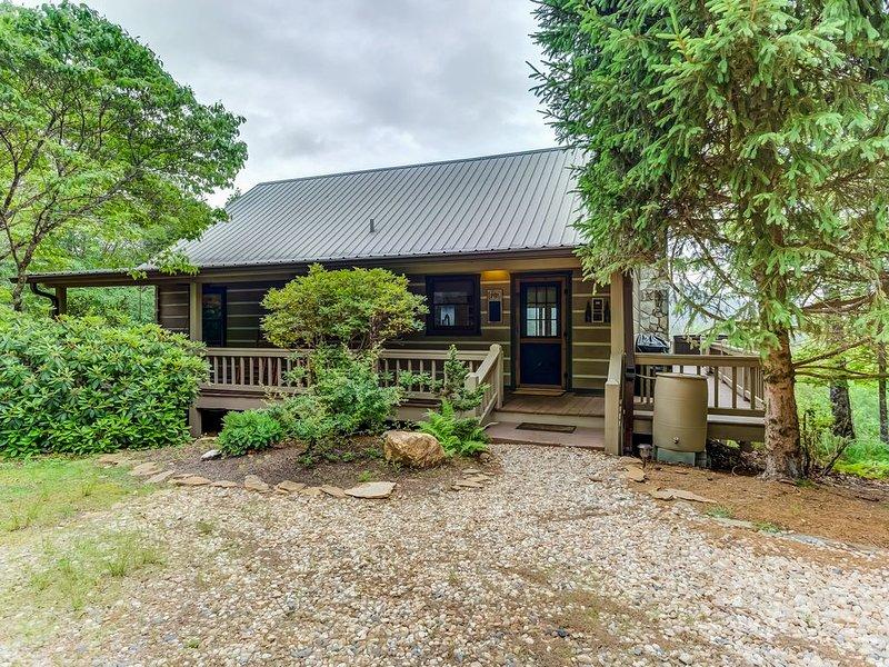 New listing! Cozy retreat w/ great views, deck, private hot tub, casa vacanza a Mineral Bluff