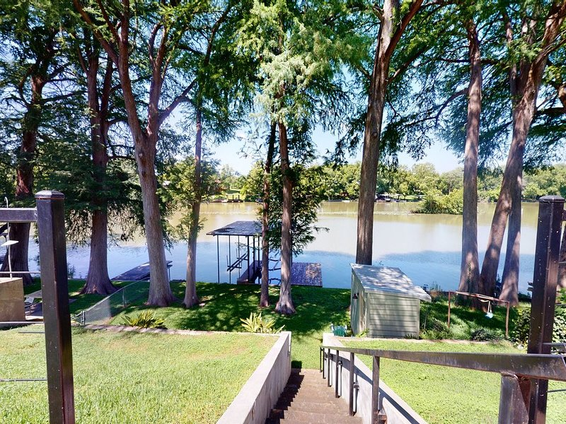 Cozy, dog-friendly home located on Lake Placid w/ a private dock, holiday rental in Seguin