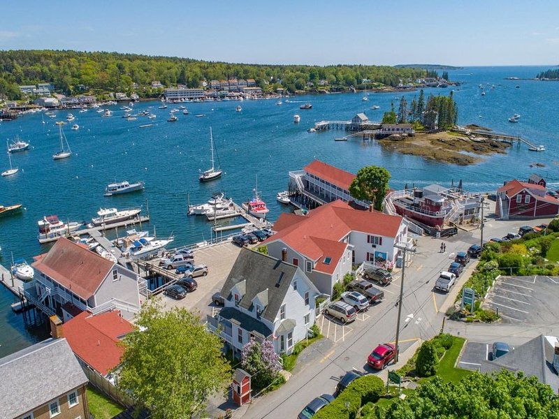 New listing! Beautiful, dog-friendly home w/ water views, deck, & gas fireplace, aluguéis de temporada em Boothbay Harbor