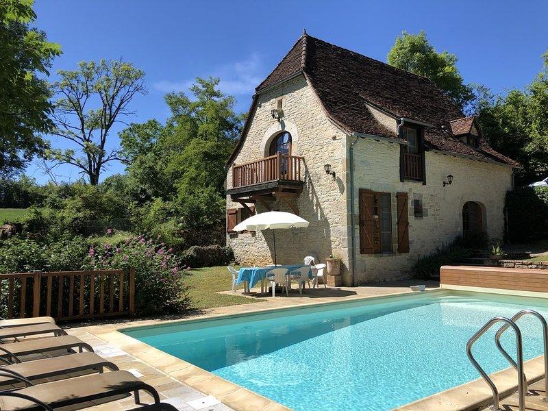 Buurt Rocamadour, hoeveschuur in 'Quercynois' stijl, landelijk, tuin en zwembad, holiday rental in Le Bourg