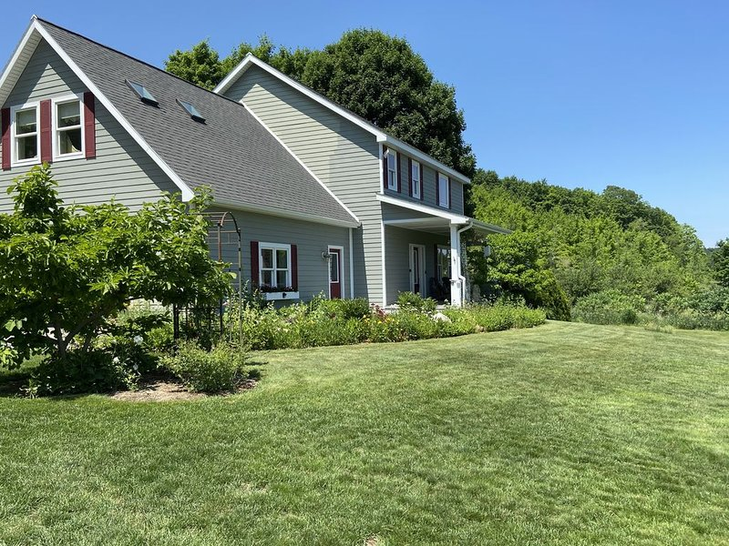 House in quiet country setting 6 miles from Traverse City, vacation rental in Cedar