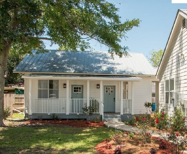 Lighthouse Cottage the perfect Ocean Springs location by restaurants & shopping!, holiday rental in Ocean Springs