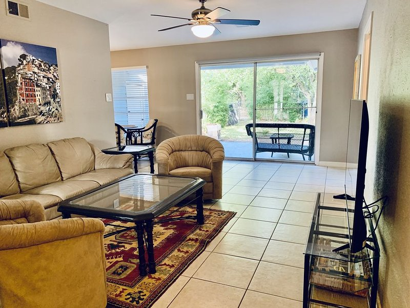 Light and Airy Duplex located near Airport, Northstar Mall, Shopping and Dining, casa vacanza a Alamo Heights