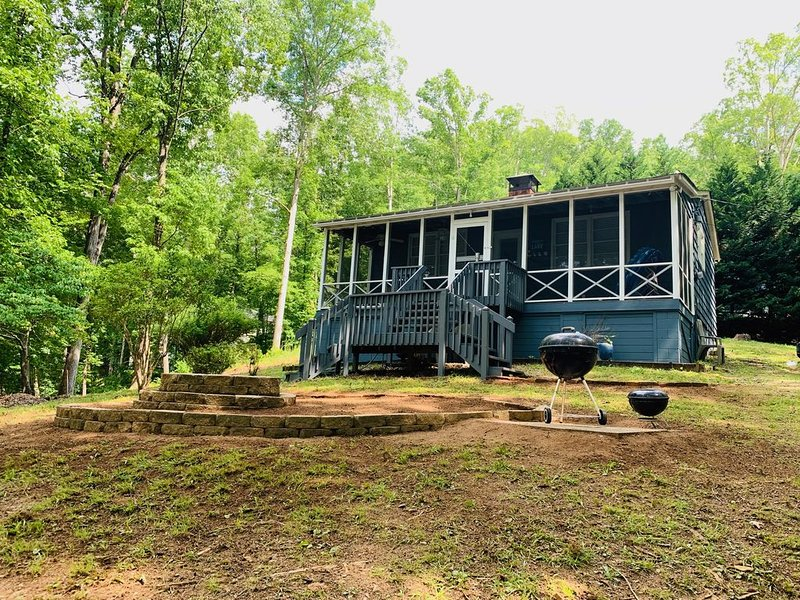 Adorable and Quaint Cabin on Quiet Lake Hartwell Cove, holiday rental in Eastanollee