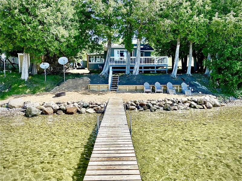 Cozy Lakeside Cabin with Beach, holiday rental in Topinabee