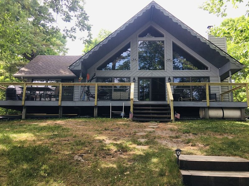 "Beautiful Chalet On Long Lake **Now accepting LONG weekend Fall bookings"", location de vacances à Longville"