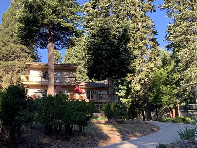 Lake Almanor Vacation Home - sleeps 10, country club, large lot, lake view, holiday rental in Prattville