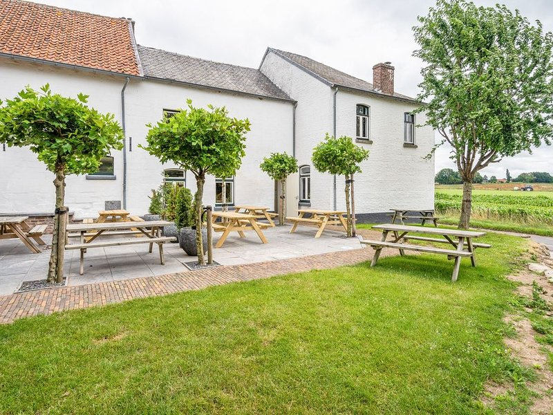 Authentic farmhouse in hilly landscape in the province of Limburg., casa vacanza a Gronsveld