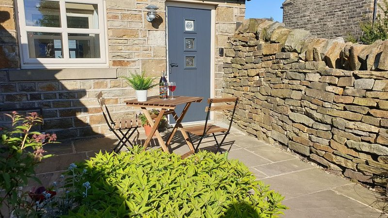 Country cottage close to the Peak District with stunning Holme Valley views, casa vacanza a Thurgoland