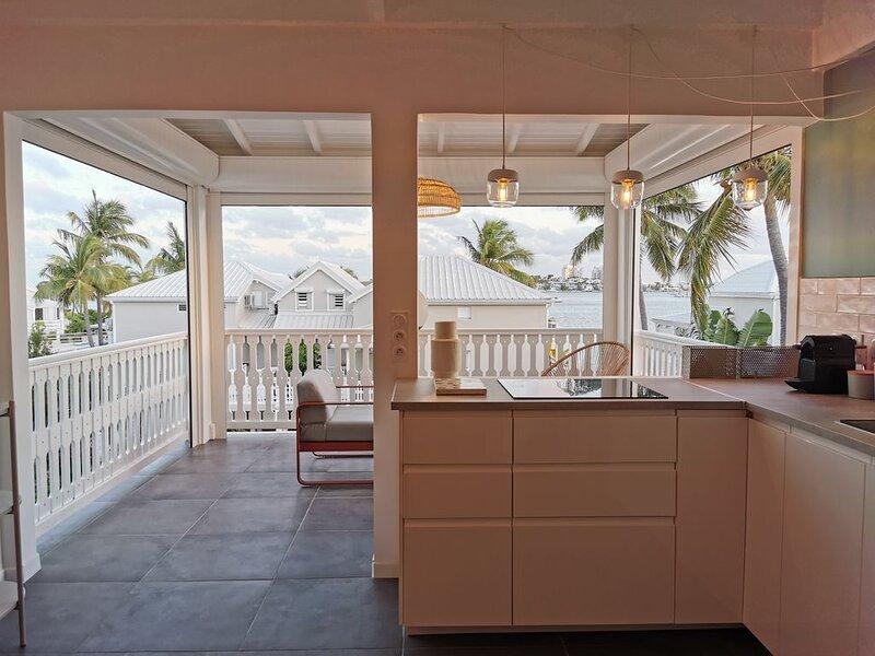 Nouveau ! Ô LAGON magnifique duplex, piscine, 2 à 4 couchages, rénové, vue lagon, holiday rental in Sandy Ground