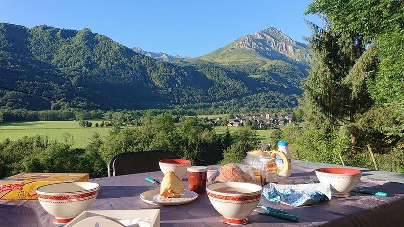 Grange avec vue fabuleuse sur la vallée d'Azun - Calme et repos assurés - 9 pers, holiday rental in Aucun