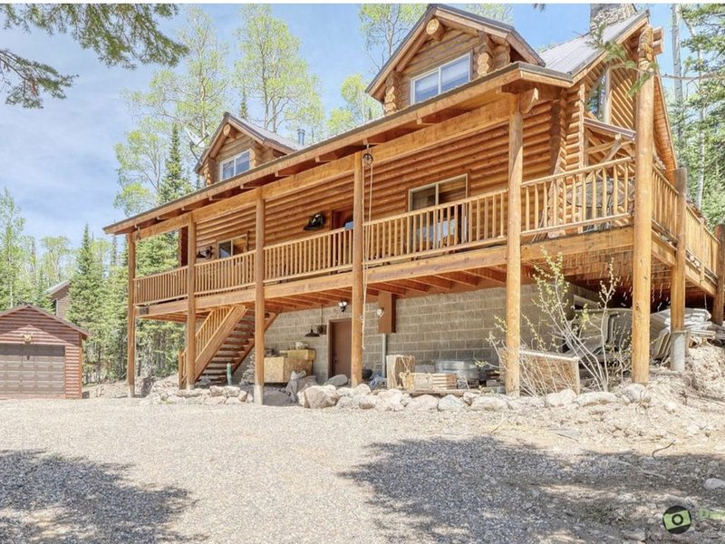 Authentic Log Cabin with Luxuries, alquiler de vacaciones en Parowan