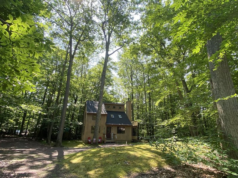 The Poconos are calling- Locust Lakes private gem..Near JFBB, casinos & outlets, vacation rental in Pocono Lake
