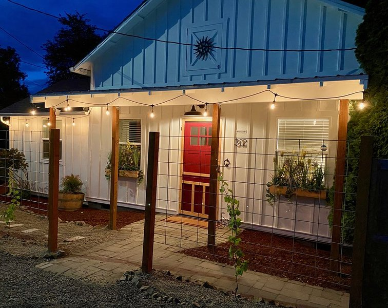 Carlton Wine Country Cottage - Two Blocks to World Class Pinot Noir!, vacation rental in Yamhill