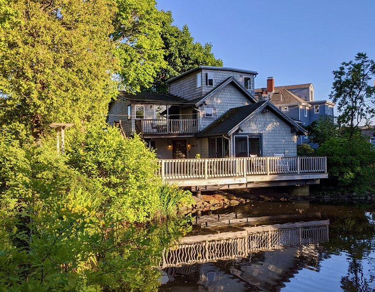 Charming, beloved house sleeps 8, with huge deck over pond & close to the ocean, holiday rental in Marblehead