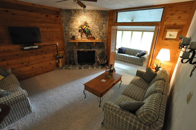 MAR/APRIL 50% OFF! SWEET 2BR 7 SPRINGS CONDO - FREE 24 HOUR SHUTTLE - SLEEPS 8, vacation rental in Champion