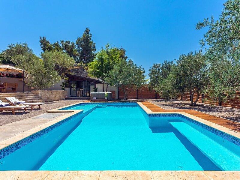 Luxury VILLA GABRIELLA near Split: heated pool, Jacuzzi, summer kitchen, max 8 p, holiday rental in Podstrana