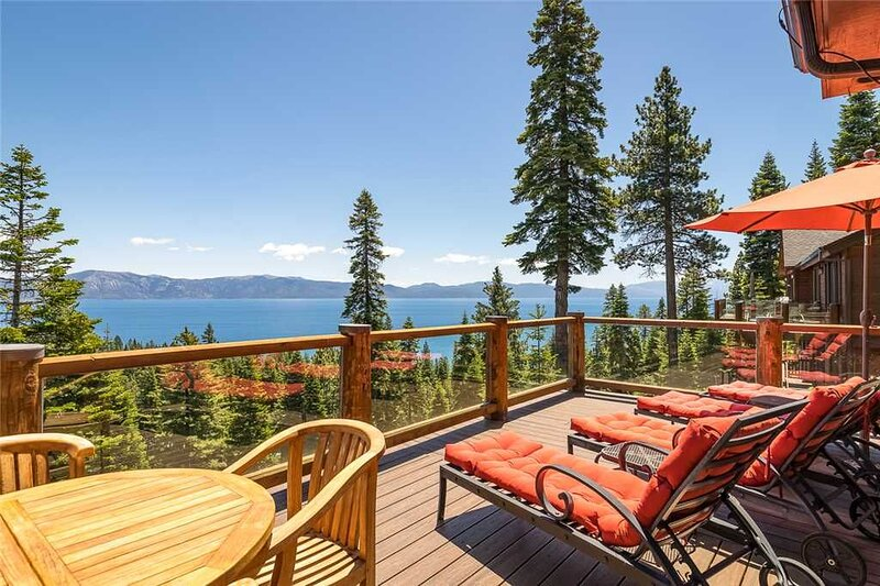 Panoramic Lake View Estate with Plenty of Perks, Hot Tub & Gym!, alquiler de vacaciones en Carnelian Bay