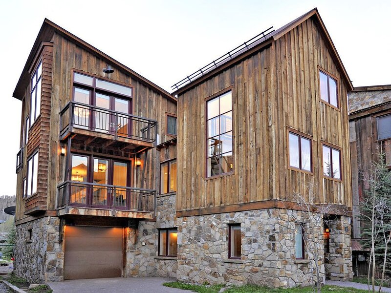 Modern Home with Beautiful Interiors, Media Room and Slopes Nearby, casa vacanza a Placerville