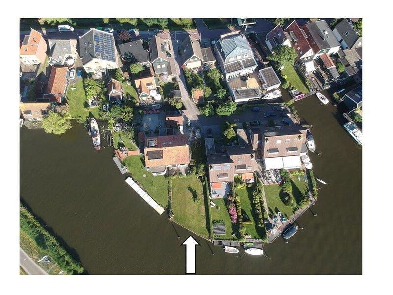 Waterwoning direct aan de Zaan met eigen aanlegplaats, holiday rental in Halfweg