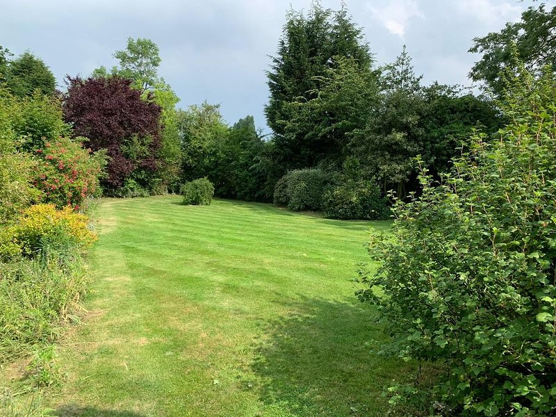Secluded 4 bed bungalow in mature 1 acre gardens with b close to Sherwood Forest, location de vacances à Ollerton