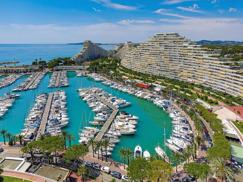 Marina insolite, complexe touristique de luxe Côte d'Azur, vue panoramique mer, location de vacances à Villeneuve-Loubet