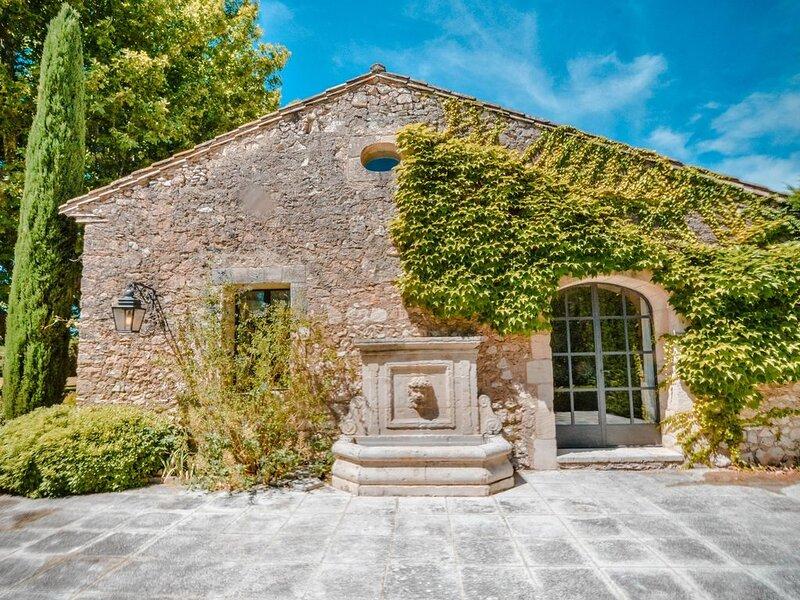 Luxury 18th century property at 10Km from Saint-Rémy & 3Km from Eygalières, aluguéis de temporada em Eygalieres