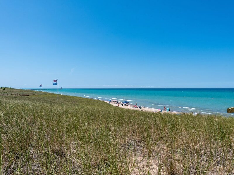Steps Away from Mile Long Michigan Lake Beach! Wi-Fi, holiday rental in Michigan City
