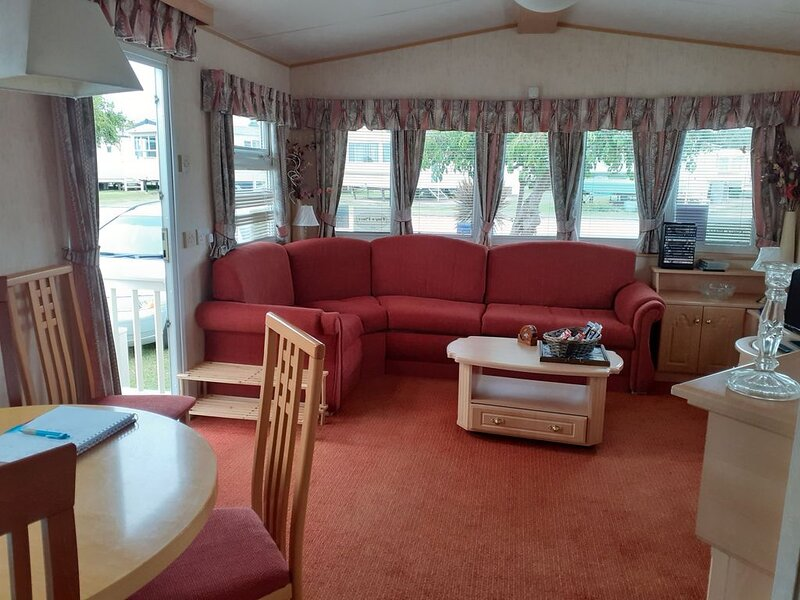Tiny's Place....lovely caravan on resort park close to beach - pet friendly, holiday rental in Hunstanton