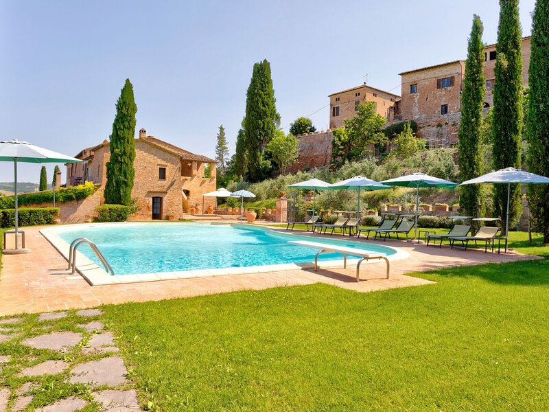 Scenic Holiday Home in Montalcino with Swimming Pool, alquiler vacacional en San Giovanni d'Asso