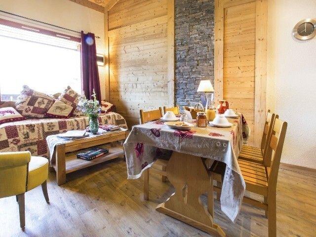 Retour skieur et parking au pied des pistes du Gd Domaine de Valmorel, holiday rental in Doucy