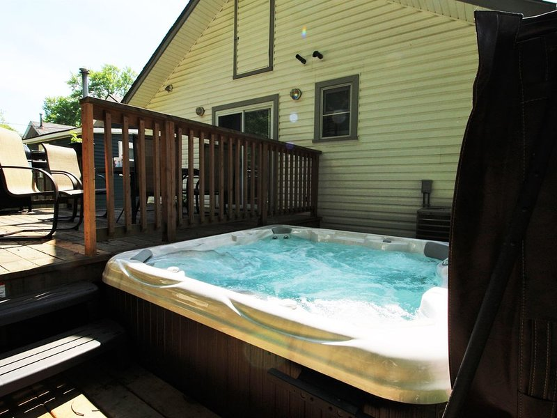 Beebalm Cottage - Water fun, here we come...hot tub AND close to the beach!, holiday rental in Sherkston