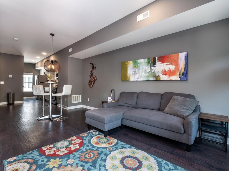2 bedroom Luxury Condo Minutes from Ohio City- A4, holiday rental in Cleveland