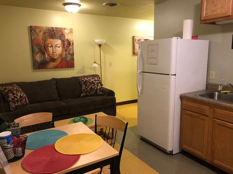Cozy Downtown Apartment | TV | Walk Everywhere!!!, vacation rental in Crafton