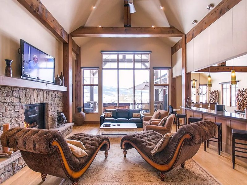 Amazing 5 BDR Mansion - Private Theater & Views!, holiday rental in Dillon
