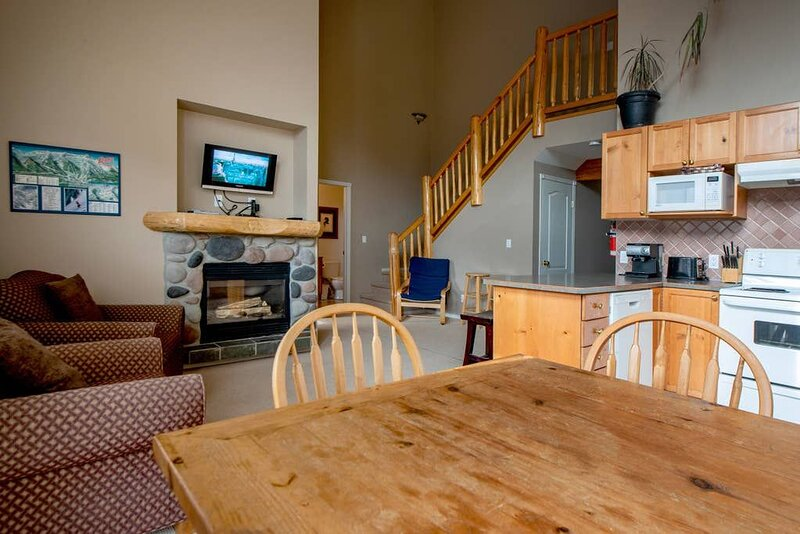Spacious condo with Fireplace BBQ, Deck, Views, holiday rental in Sparwood