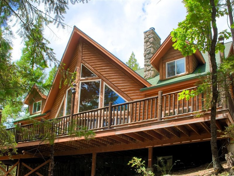 STUNNING lodge with river views, pool table, hot tub, all INSIDE Yosemite., holiday rental in Wawona