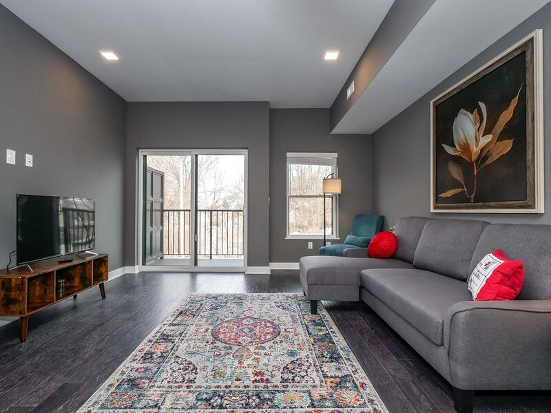 2 Bed/2.5 Bath Luxury Condo | Ohio City - F5, holiday rental in Cleveland