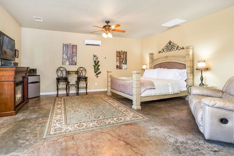 Der Fels Riesling Suite | Hot Tub | Close to Town and Wineries, vacation rental in Stonewall