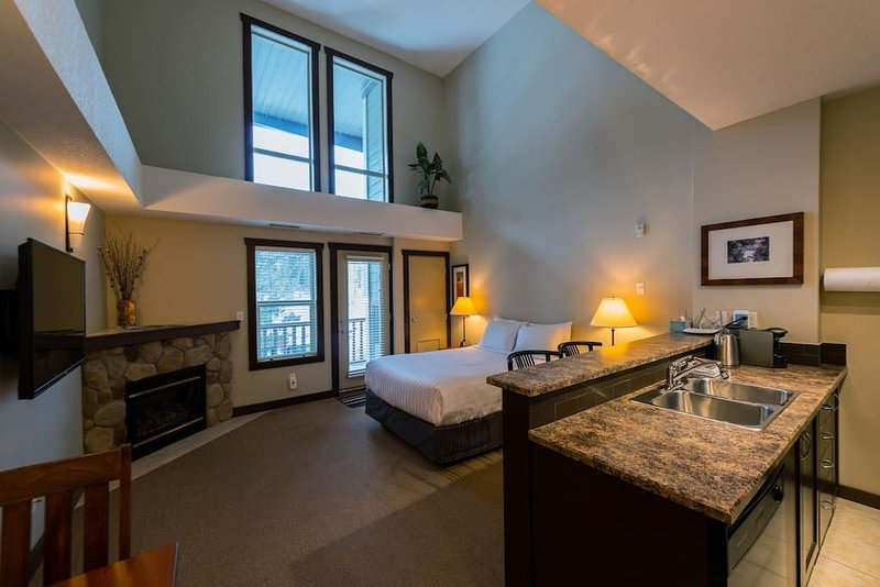 Silver Rock Penthouse Studio Condo, holiday rental in Fernie