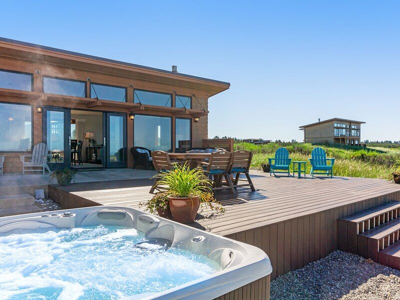 Oceanfront beach home with hot tub, free WiFi and great ocean views!, holiday rental in Westport
