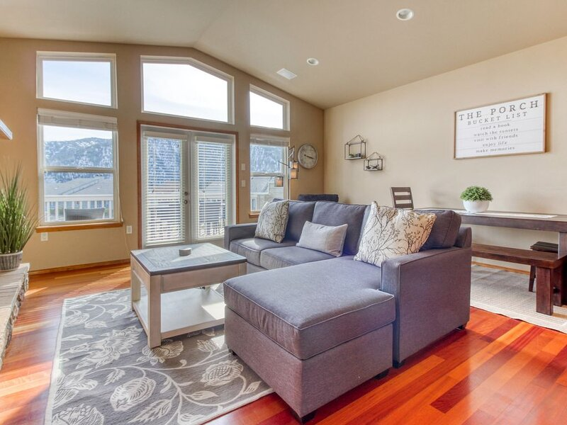 Family-friendly getaway w/ a private hot tub & shared pool plus lake views!, holiday rental in Manson