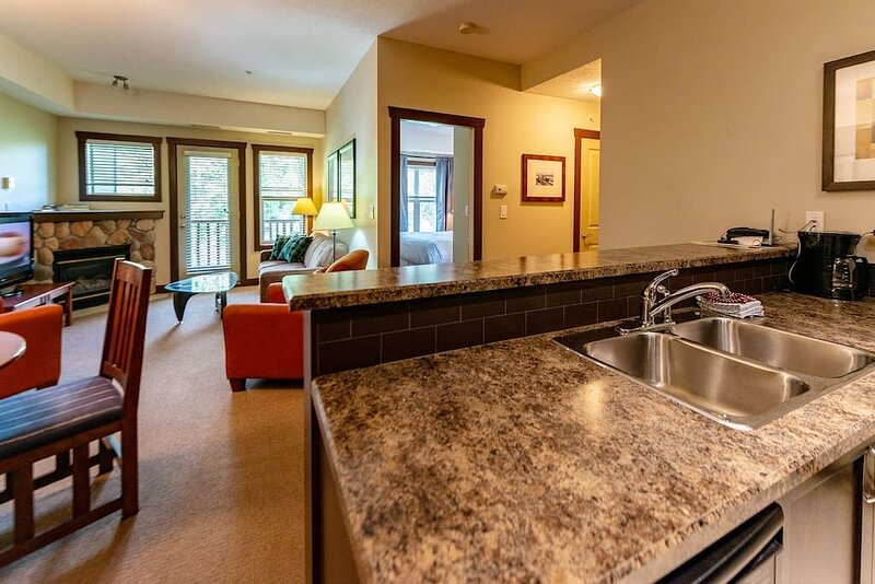 Comfy and Centrally Located 1 BD Condo, holiday rental in Fernie