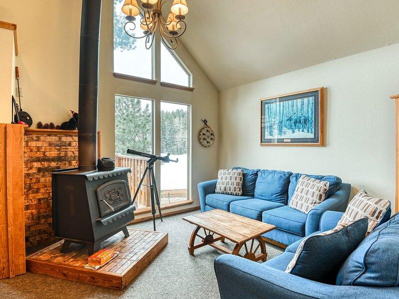 Lovely multi-level cabin w/ balcony, loft, fireplace & great mountain views!, vacation rental in Eagle Nest