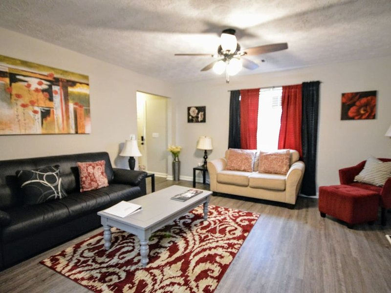 Comfy, Convenient. 1 mile to I-75. Sleeps 12    mg, holiday rental in White