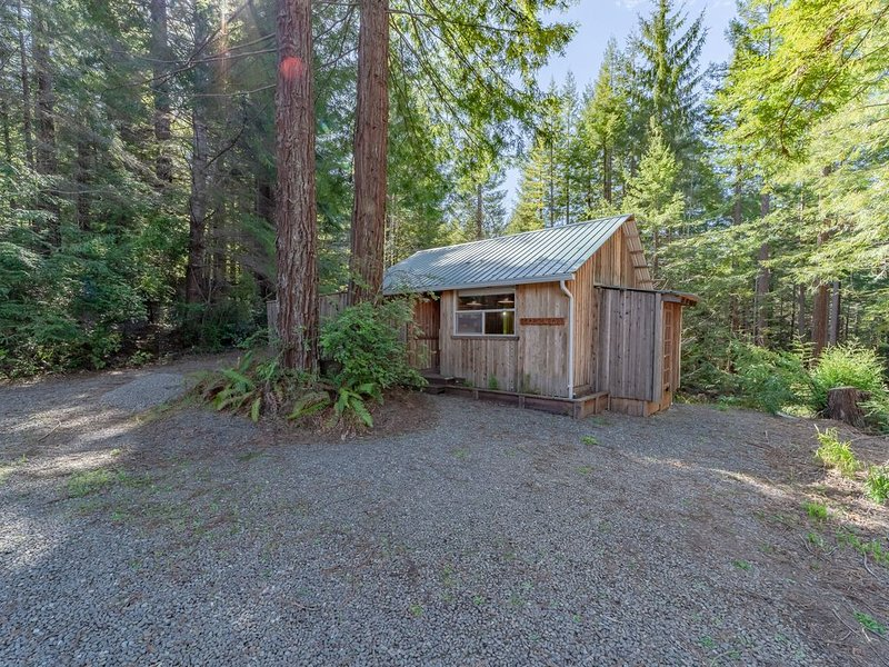 Rustic cabin w/deck, BBQ - beneath a canopy of redwood trees!, holiday rental in McKinleyville